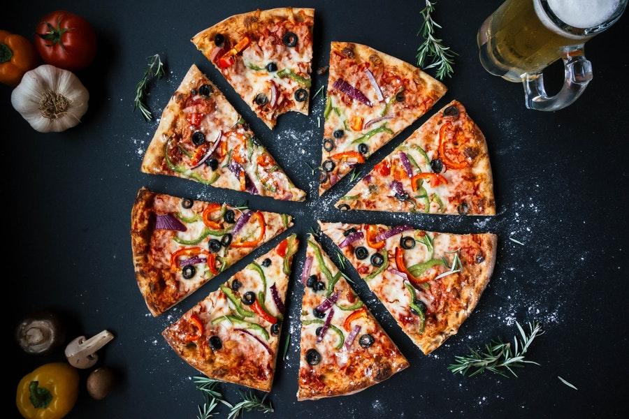 Pizza sur fond noir